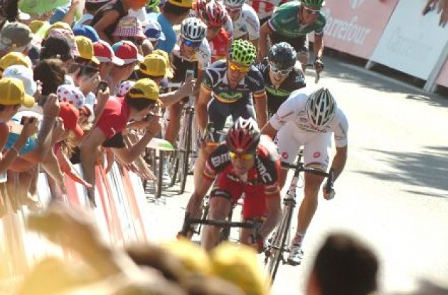 Cadel Evans and Thor Hushovd fight their way up the final hill. Photo Fotoreporter Sirotti.