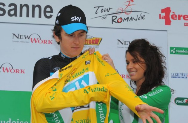 Geraint Thomas gets a sweet treat or two on the podium in Lausanne. Photo Fotoreporter Sirotti.