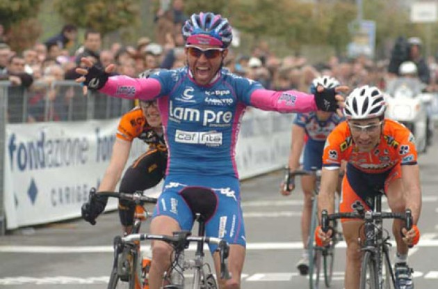 Gilberto Simoni is ready for the 2005 Giro d'Italia. copyright Fotoreporter Sirotti.