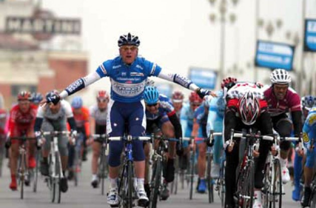Petacchi beats Guidi and Cipollini. Photo copyright Fotoreporter Sirotti.