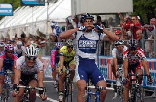 Petacchi takes the win ahead of Pollack, Cipollini and co. Photo copyright Fotoreporter Sirotti.