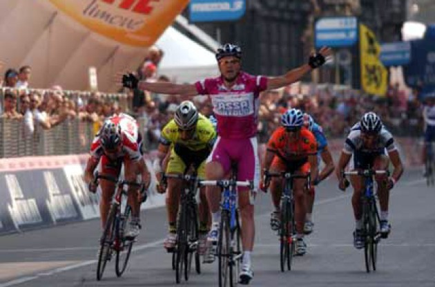 Petacchi crosses the finish line in Milan taking his 9th victory in this year's Giro. Record books here I come! Will he and Cipollini compete in this year's Tour de France? Stay tuned to Roadcycling.com to find out! Photo copyright Fotoreporter Sirotti.