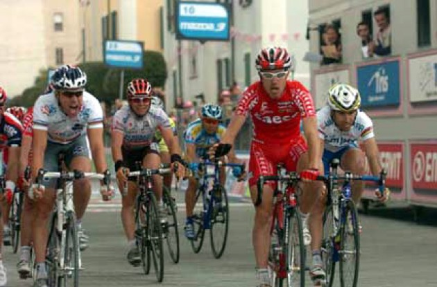 Cunego takes the win ahead of McGee and co. Photo copyright Fotoreporter Sirotti.