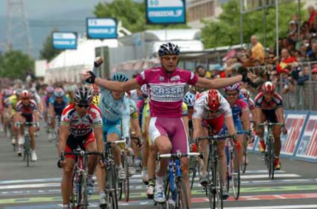 Petacchi takes his fourth win in this year's Giro - stay tuned to Roadcycling.com for more to come... Photo copyright Fotoreporter Sirotti.