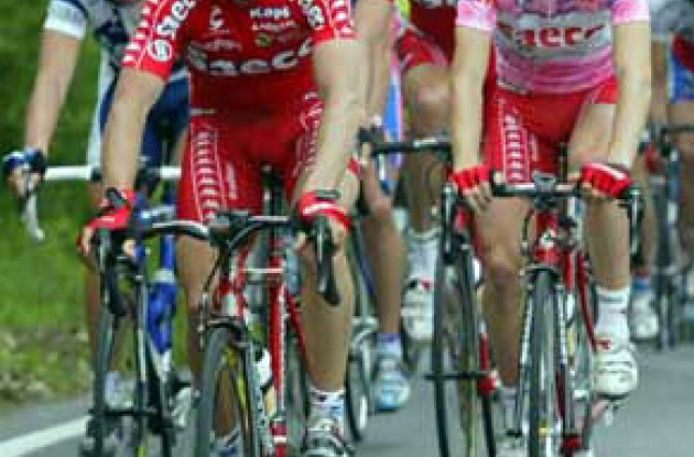 Simoni (left) and Cunego - on the road to a leadership battle? Photo copyright Fotoreporter Sirotti.