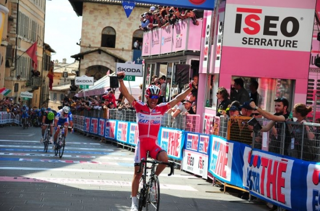 Joaqium Rodriguez climbs to stage 10 victory in 2012 Giro d'Italia ahead of Team Netapp's Bartosz Huzarski.