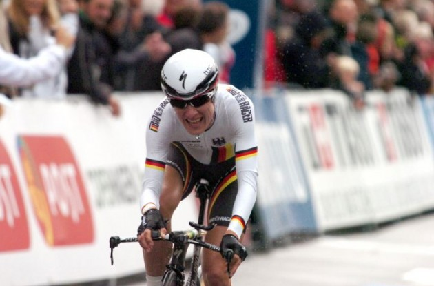 New World Champion Judith Arndt (Germany) crosses the finish line in rainy Copenhagen. Photo Fotoreporter Sirotti.
