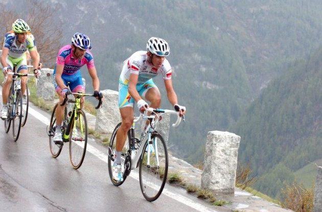 Kreuziger, Scarponi, Nibali. Come on guys ... up, up we go. Photo Fotoreporter Sirotti.