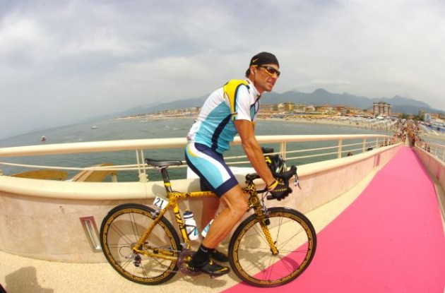 Lance Armstrong getting ready to take off from the pink runway. Photo copyright Fotoreporter Sirotti.