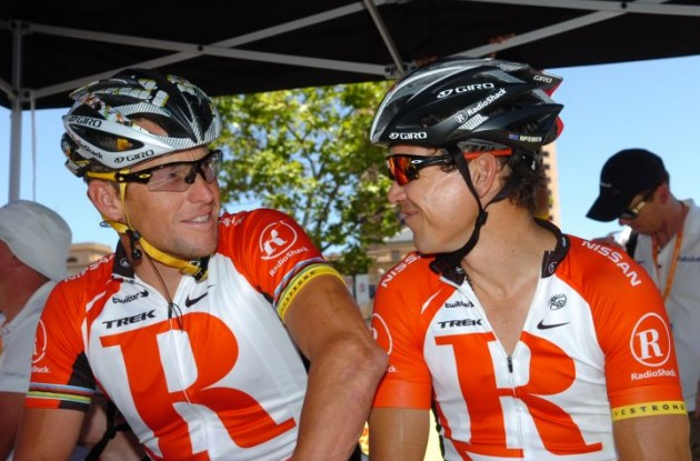 Lance Armstrong has a laugh with Robbie McEwen. Photo Fotoreporter Sirotti.