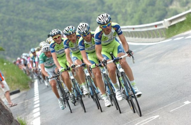 The Liquigas train sets the pace. Photo copyright Fotoreporter Sirotti.