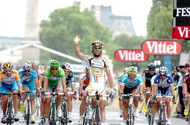 Marks Cavendish wins the sprint in Paris on the Champs Elysees. Photo copyright Fotoreporter Sirotti.