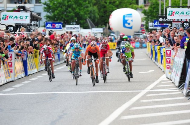 The remaining riders of the breakaway group sprint toward the finish line. Photo Fotoreporter Sirotti.