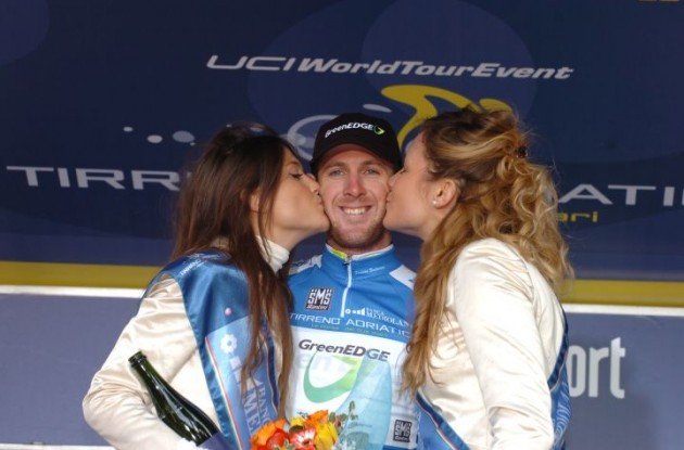 Team GreenEdge's Matthew Goss gets sweet kisses from the podium girls on the podium. Photo Fotoreporter Sirotti.
