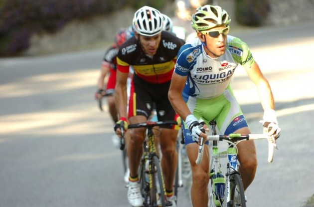 Nibali closely tailed by Gilbert. Photo Fotoreporter Sirotti.