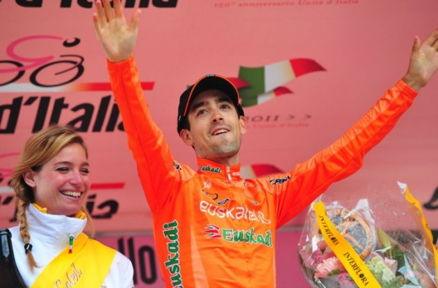 Nieve celebrates his win on the podium. Photo Fotoreporter Sirotti.