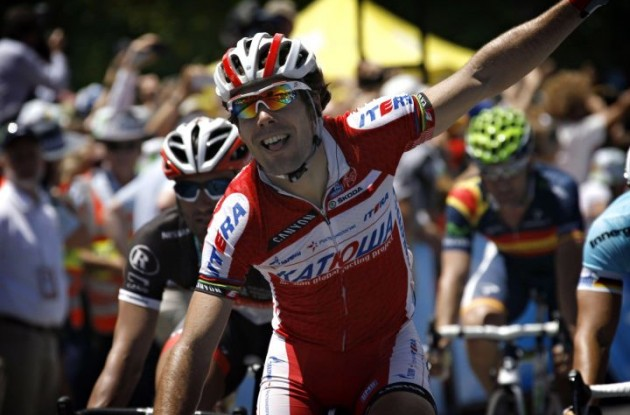 Team Katusha's Oscar Freire grabs stage victory in sprint.