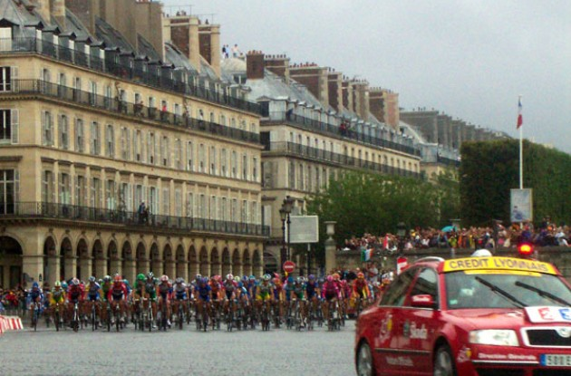 The peloton arrives... Photo copyright Roadcycling.com.