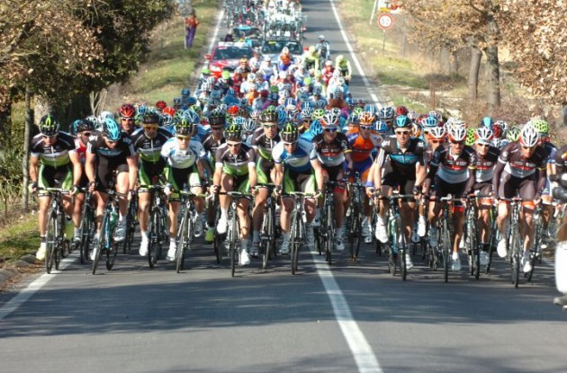 The peloton climbs. Photo copyright Fotoreporter Sirotti.