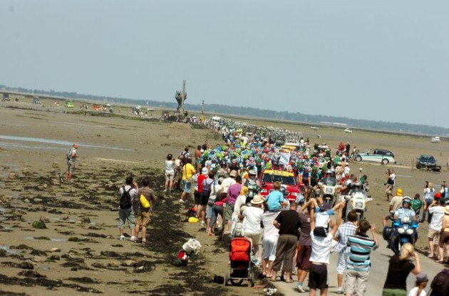 The Tour de France peloton crosses the famous Passage du Gois. Photo Fotoreporter Sirotti.