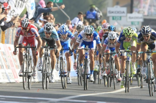 The chasing peloton sprints in the final meters. Photo Bettini.