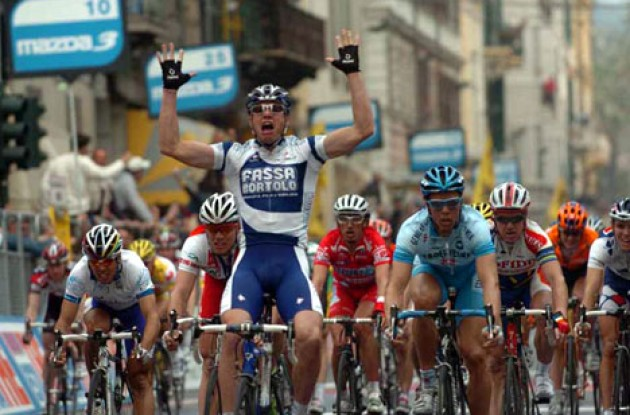 Alessandro Petacchi takes the win ahead of Danilo Hondo and Thor Hushovd. Photo copyright Fotoreporter Sirotti.