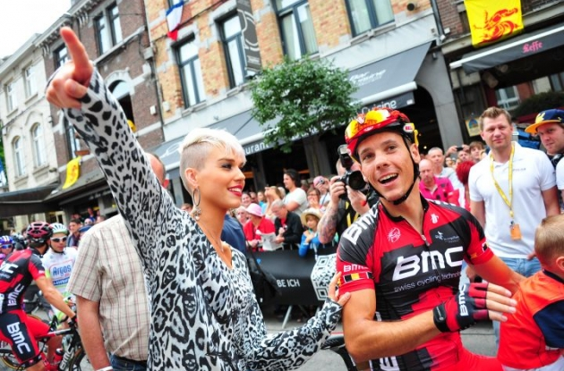 Gilbert's wife Patricia Zeevaert shows Team BMC Racing's Philippe Gilbert the way to Paris. Photo Fotoreporter Sirotti.