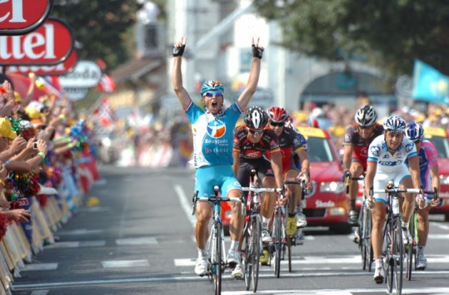 Pierrick Fedrigo takes the sprint win in today's stage 16 of the 2010 Tour de France. Photo copyright Fotoreporter Sirotti.