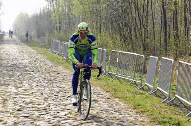Pozzato (Liquigas) fights his way across the cobbles.