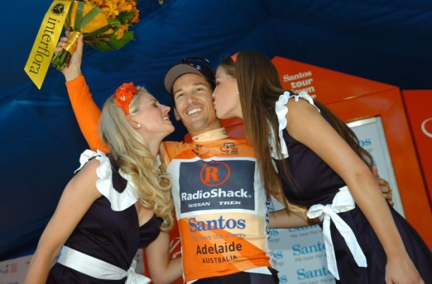 Robbie McEwen (Team RadioShack) celebrates his overall race lead in good style on the podium. Photo Fotoreporter Sirotti.