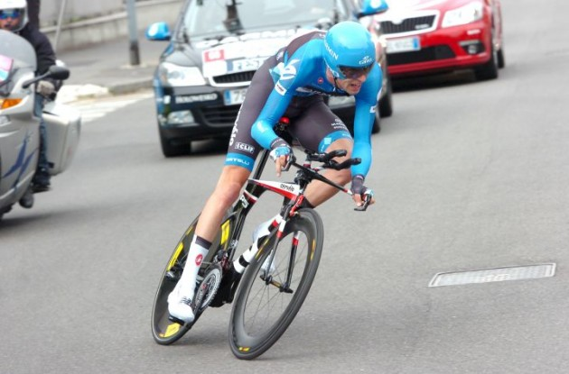 Ryder Hesjedal on his way to overall Giro d'Italia victory on his Cervelo P5 time trial bike. Photo Fotoreporter Sirotti.