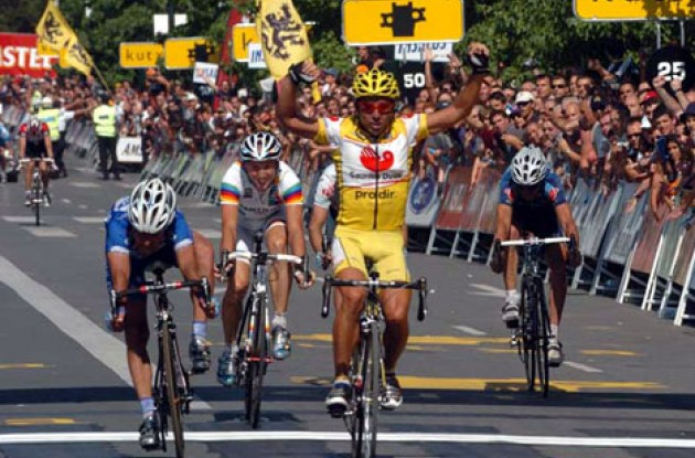 Perdiguero takes the win ahead of Bettini, Rebellin and Serrano. Photo copyright Fotoreporter Sirotti.