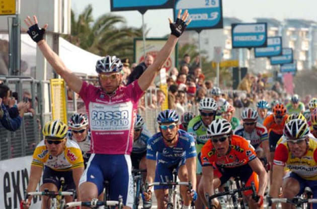 Alessandro Petacchi takes a beautiful stage win. Photo copyright Fotoreporter Sirotti.