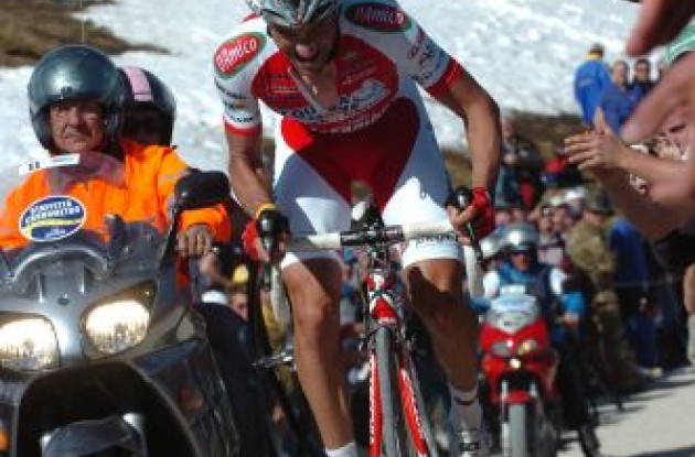 Stefano Garzelli on his way to a hard-earned victory. Photo copyright Fotoreporter Sirotti.