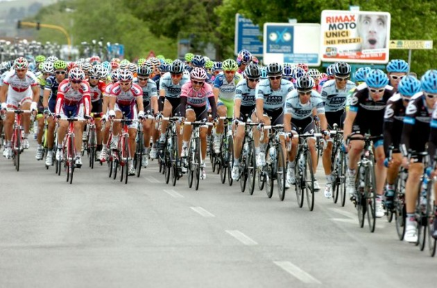 Team Garmin-Cervelo leads the 2011 Giro d'Italia peloton. Photo Fotoreporter Sirotti.