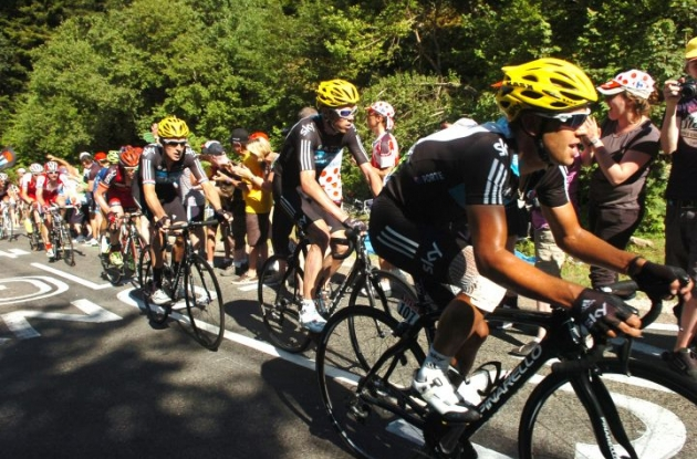 Team Sky leads the Tour de France peloton on the final climb of today's stage. Photo Fotoreporter Sirotti.