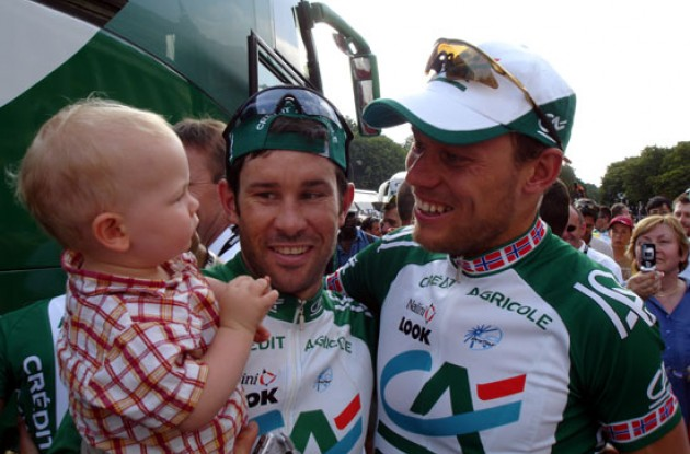 Thor Hushovd with former leadout man Julian Dean - and Dean's charming son Tanner.