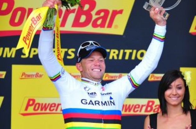 A proud and humble Thor Hushovd celebrates his stage victory on the podium. Photo Fotoreporter Sirotti.
