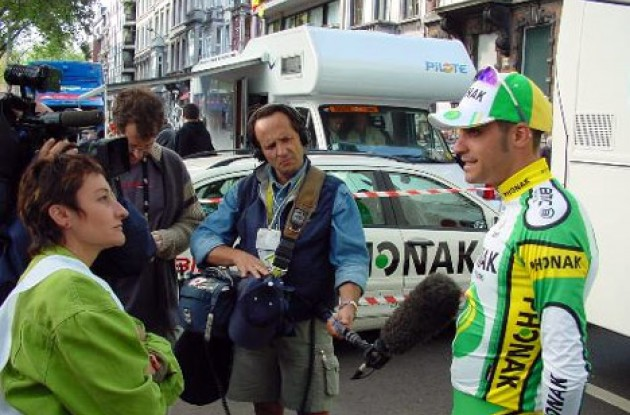 Phonak's Oscar Pereiro was a popular guy in the Tour VIP area after placing 6th in the prologue. Photo copyright Fotoreporter Sirotti.