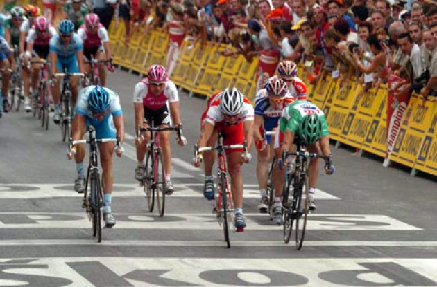 Hondo, Zabel, Hushovd, O'Grady and McEwen go for the peloton sprint win. Photo copyright Fotoreporter Sirotti.