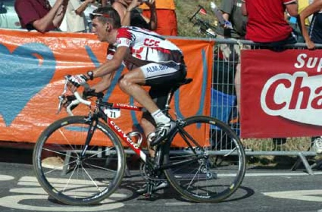 In spite of his fractured collarbone, Tyler Hamilton was able to follow Armstrong to the finish line - and even attached him several times. Will he continue to improve? Stay tuned to Roadcycling.com to find out! Photo copyright Fotoreporter Sirotti.
