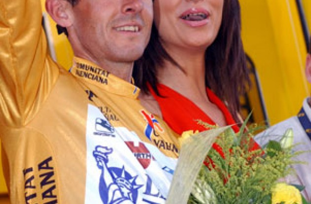 Yummy! The podium girl appears to like race leader Roberto Heras. Photo copyright Unipublic.