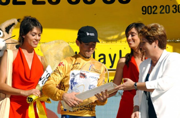 Roberto Heras receives the winner's trophy.  Photo copyright Unipublic.