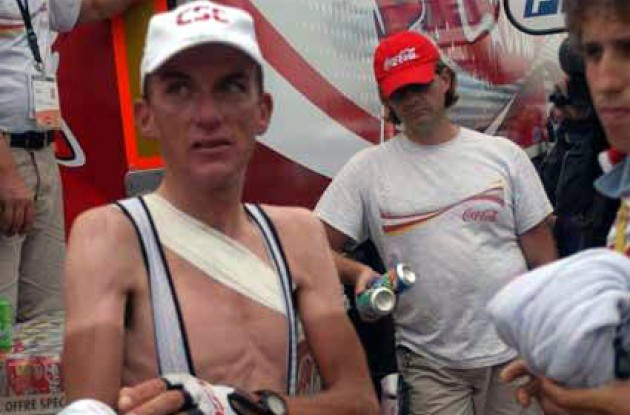 Tyler Hamilton (Team CSC) suffering from a fractured collarbone at the 2003 Tour de France.