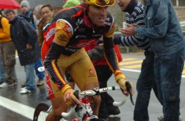 Valverde struggles to keep his overall lead. Rain, rain .. don't come again. Photo copyright Fotoreporter Sirotti.