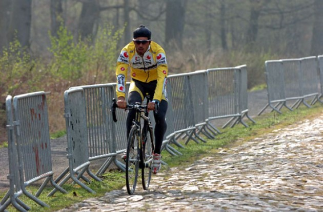 Ventoso (Saunier Duval) checks out the Arenberg pave.