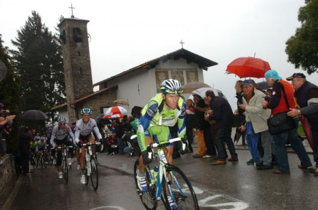 Vincenzo Nibali climbs. Photo by Fotoreporter Sirotti.