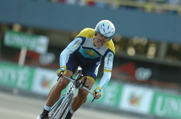 Vinokourov. Photo copyright Fotoreporter Sirotti.