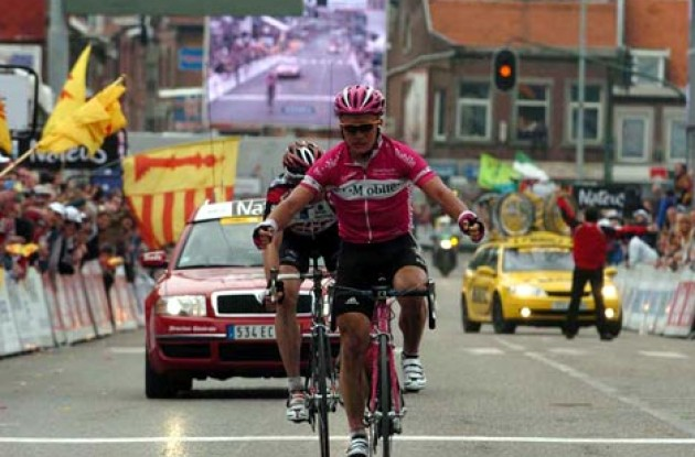 Alexandre Vinokourov (T-Mobile) takes the win ahead of Jens Voigt (Team CSC). Photo copyright Fotoreporter Sirotti.