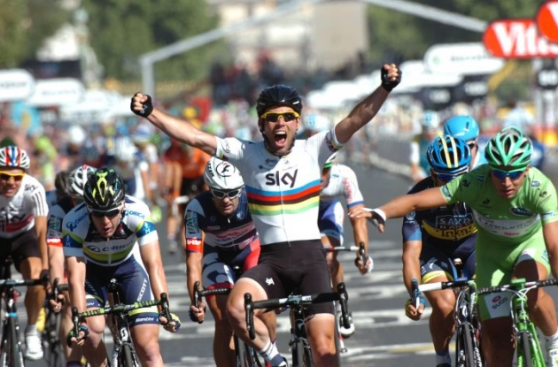 World Champion Mark Cavendish powers to victory on the Champs Elysees in Paris, France. Photo Fotoreporter Sirotti.